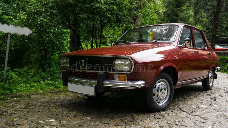 SINAIA, ROEMENIË - JUN 30, 2018: Dacia 1300 parkeerde dichtbij het bos royalty-vrije stock foto