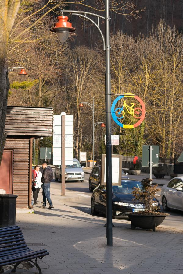 Sinaia, Roemenië - Maart 09, 2019: Het teken van de fietstoegang op lichte post in Prahova-provincie, Roemenië stock foto's