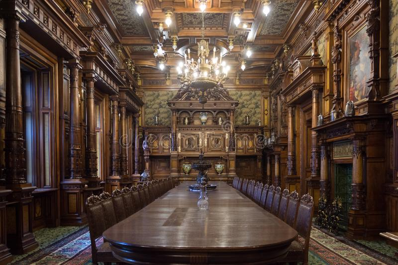 Sinaia/Romênia/23 de setembro de 2017: Sala de jantar no castelo Peles em Sinaia em Romênia foto de stock royalty free