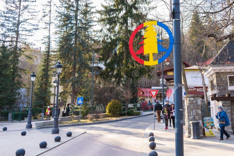 Sinaia, Romania - 9 marzo 2019: Segno di area di zona di montagna/pino sulla posta leggera in Sinaia, il distretto di Prahova, Ro fotografia stock libera da diritti