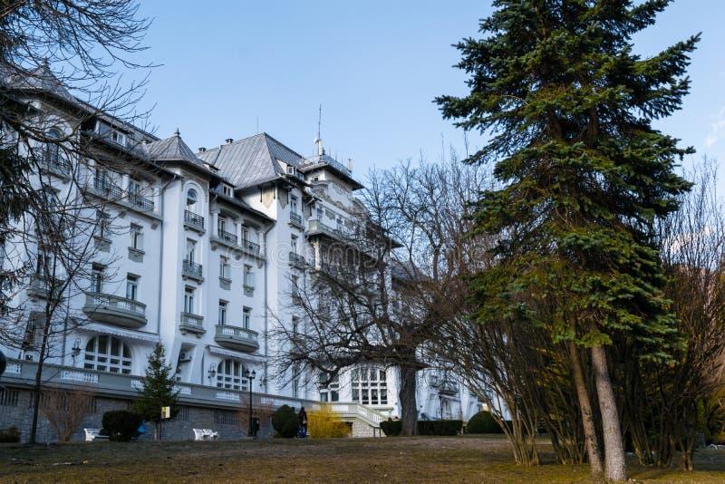 Sinaia, Romania - 9 marzo 2019: Vista della primavera del palazzo dell'hotel in Sinaia, il distretto di Prahova, Romania fotografia stock