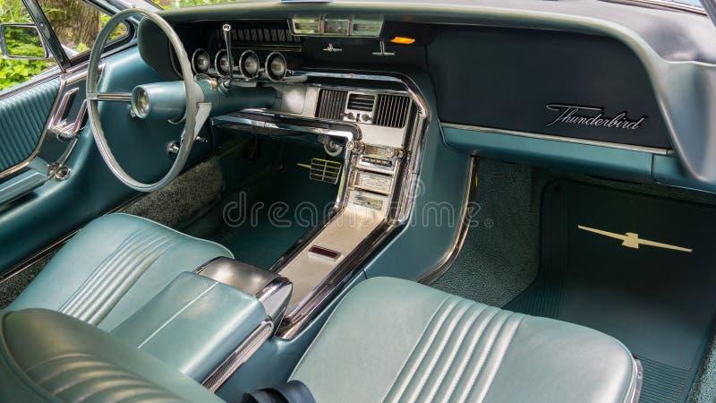 SINAIA, RUMANIA - 30 DE JUNIO DE 2018: Detalles interiores de Ford Thunderbird 1964 fotos de archivo