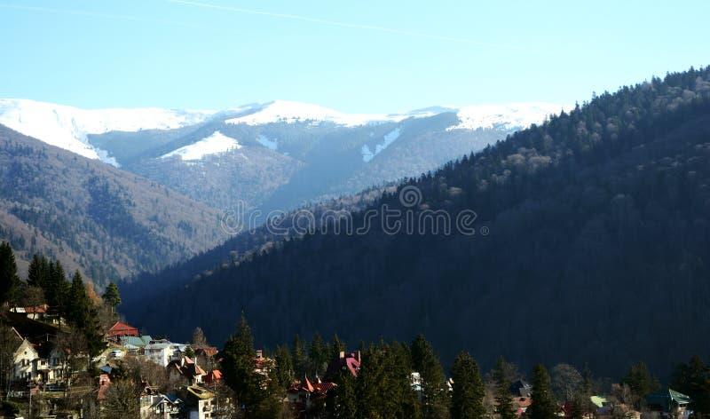 Sinaia stad och de Bucegi bergen arkivfoton
