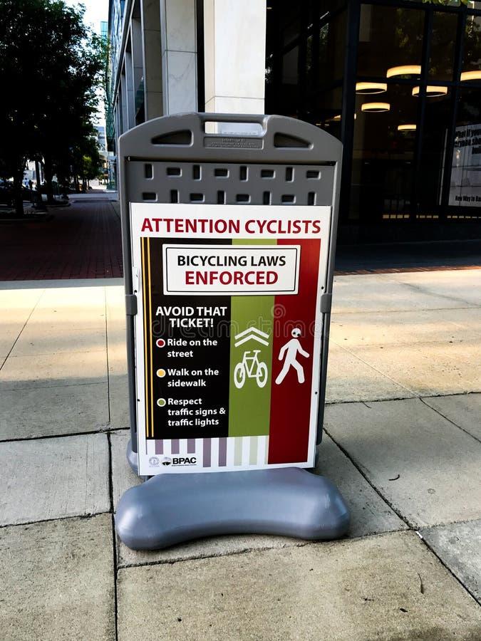 Sinais Bicycling da aplicação de leis em torno da cidade de Colômbia, South Carolina foto de stock royalty free