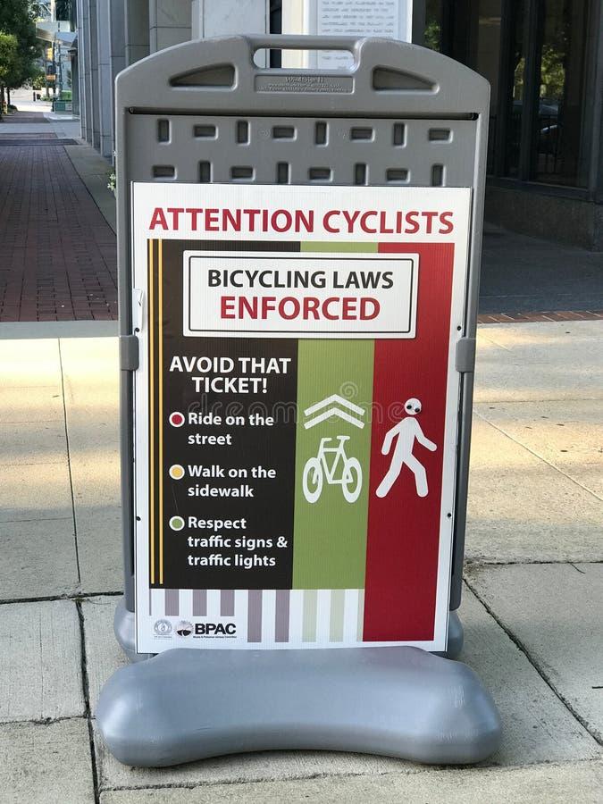 Sinais Bicycling da aplicação de leis em torno da cidade de Colômbia, South Carolina fotos de stock