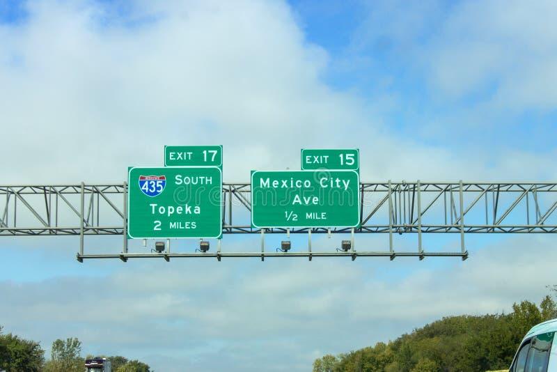 Sinais da autoestrada que dirigem motoristas para a avenida do Topeka e do Cidade do México em Kansas City fotos de stock royalty free