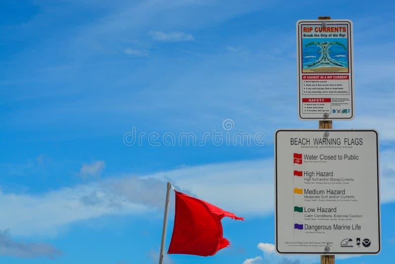 Sinais de aviso da praia e bandeiras, praia de Jacksonville, o Condado de Duval, Florida imagem de stock
