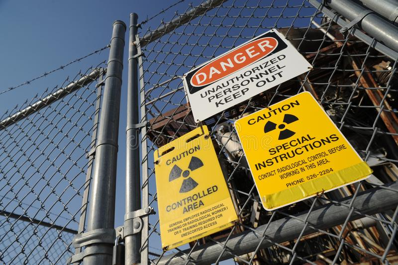 Sinais de aviso de uma facilidade nuclear imagens de stock royalty free