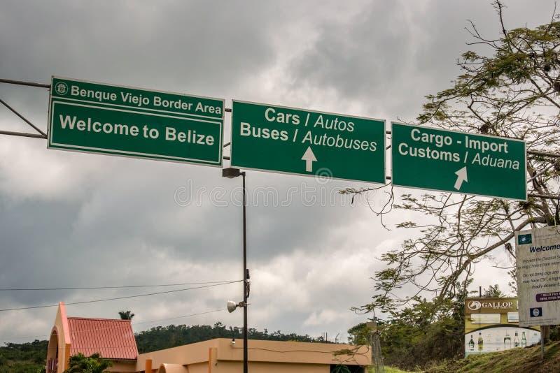 Sinais de beira na beira entre Belize e a Guatemala perto de San fotos de stock royalty free