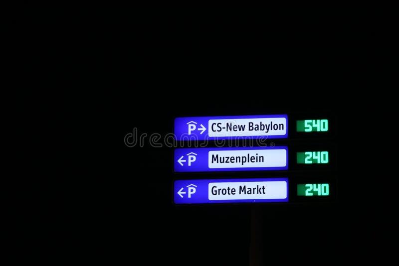 Sinais de direção para parques de estacionamento Nova Babilônia, Muzenplein ou Grote Markt com espaços à esquerda no centro da ci fotografia de stock royalty free