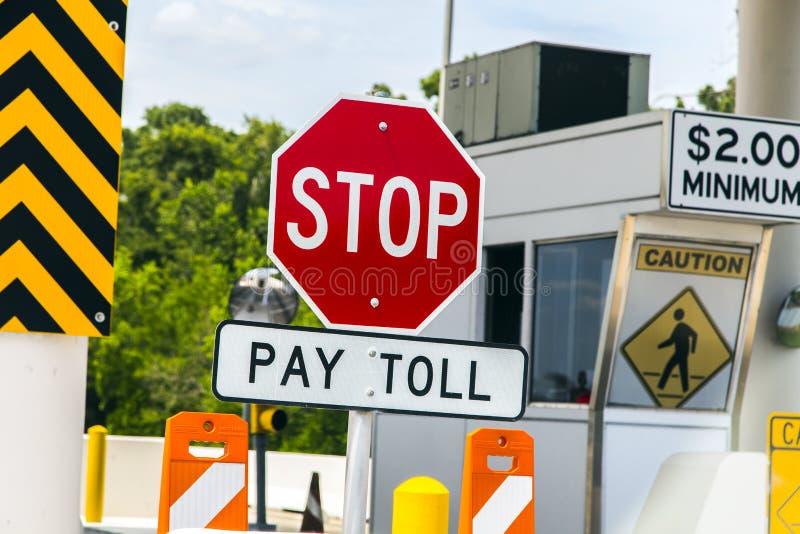 Sinais de estrada em uma ponte de pedágio em Texas imagem de stock
