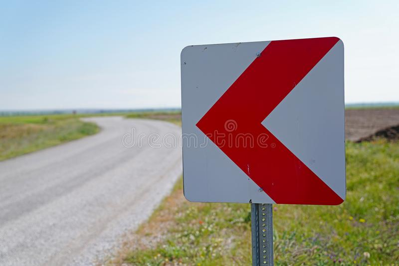 Sinais de estrada que advertem motoristas sobre adiante a curva perigosa fotografia de stock royalty free