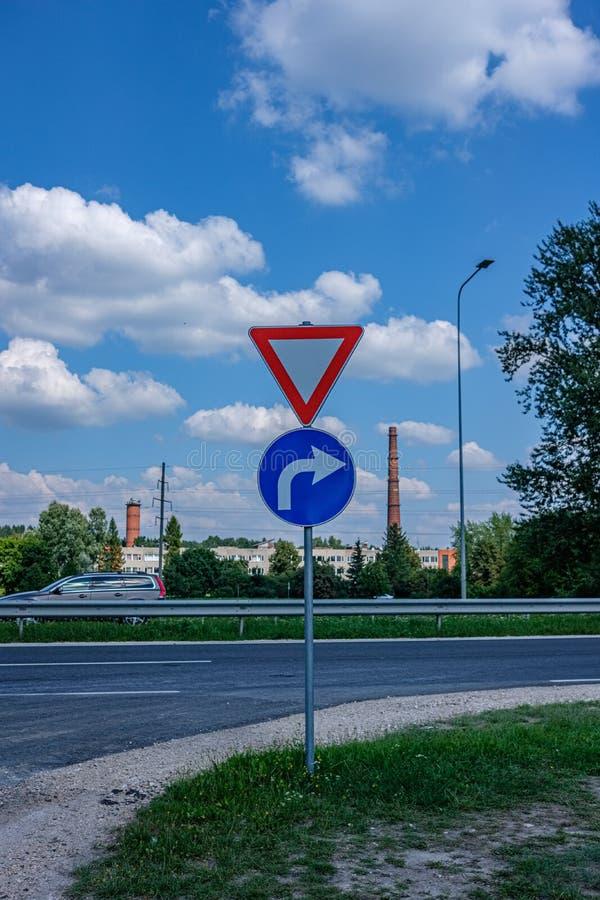 sinais de estrada que mostram sentidos foto de stock