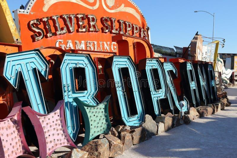 Sinais de néon abandonados velhos do casino, Las Vegas imagens de stock