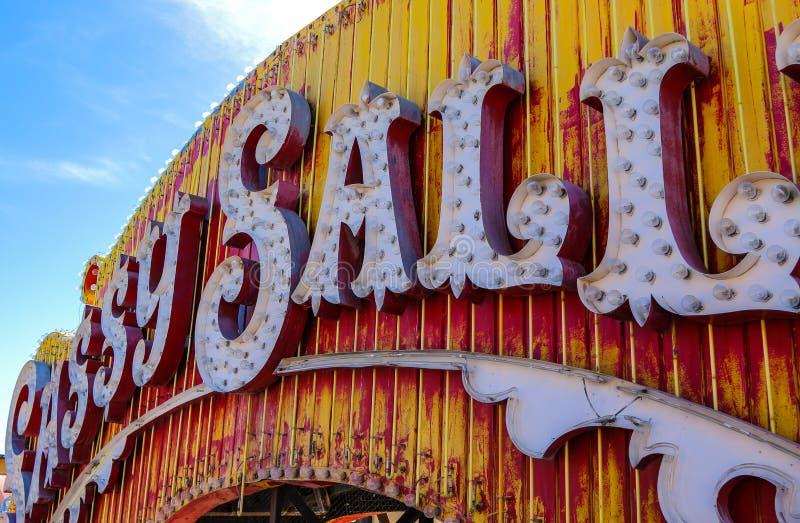 Sinais de néon abandonados velhos do casino, Las Vegas foto de stock