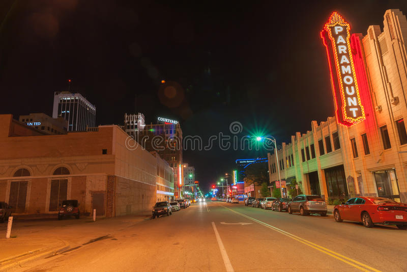 Sinais de néon e iluminação urbanos, Paramount, Amarillo do centro, Te foto de stock royalty free