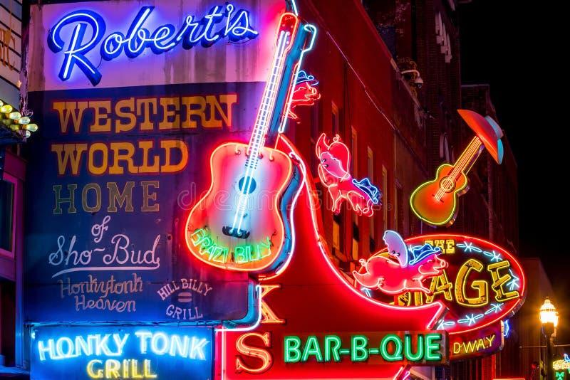 Sinais de néon em mais baixo Broadway Nashville imagens de stock