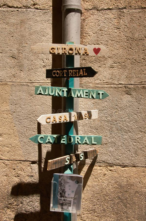 Sinais de rua - Girona, Espanha fotos de stock royalty free