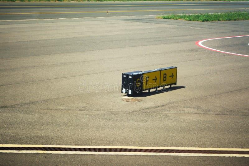 Sinais de sentido em um taxiway do aeroporto imagens de stock