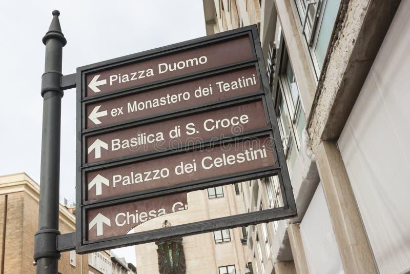 Sinais de sinais monumentais no centro de Lecce fotografia de stock royalty free