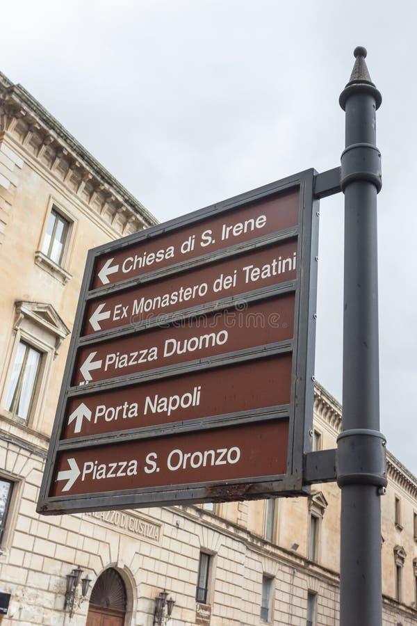 Sinais de sinais monumentais no centro de Lecce fotos de stock