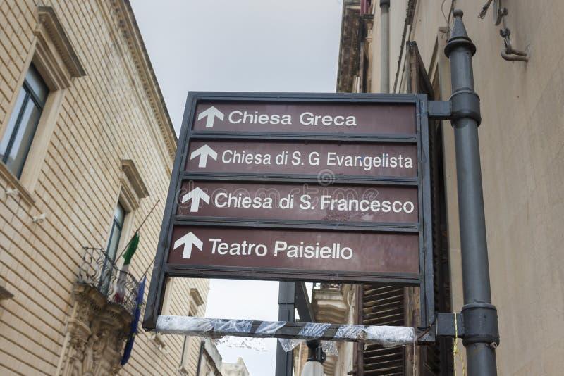 Sinais de sinais monumentais no centro de Lecce imagem de stock royalty free