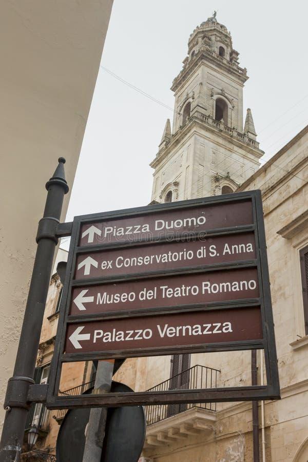 Sinais de sinais monumentais no centro de Lecce foto de stock