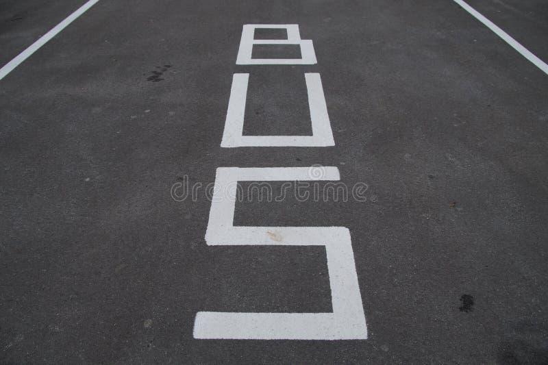 Sinais de tráfego - faixa do ônibus e estacionamento - marcação de estrada imagens de stock