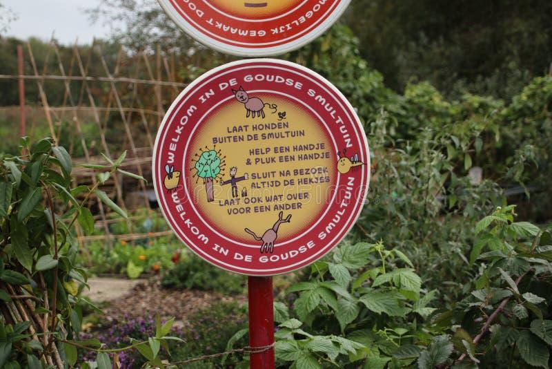 Sinais de um jardim público de comida na cidade de Gouda onde todos ajudam e colhem imagem de stock