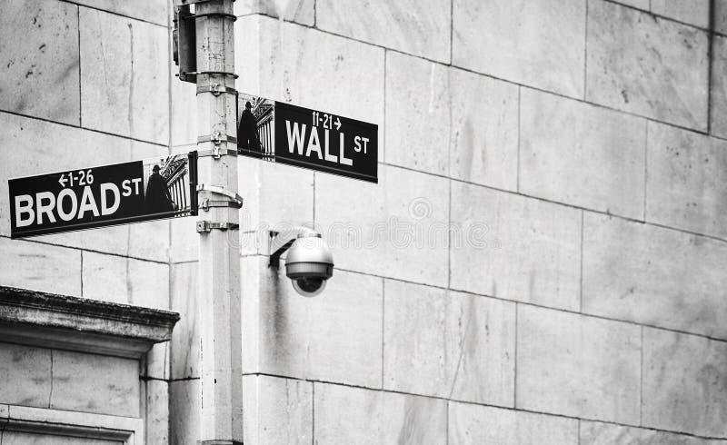 Sinais de Wall Street e de rua larga, New York imagem de stock
