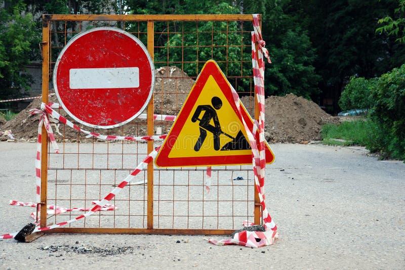 Sinais do cuidado dos trabalhos de estrada Nenhuma passagem Infrinjir, proibido fotografia de stock