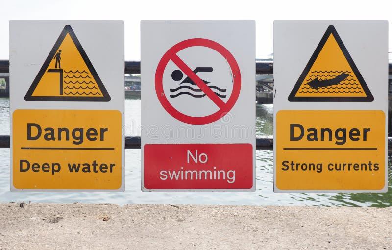 sinais do perigo da água foto de stock