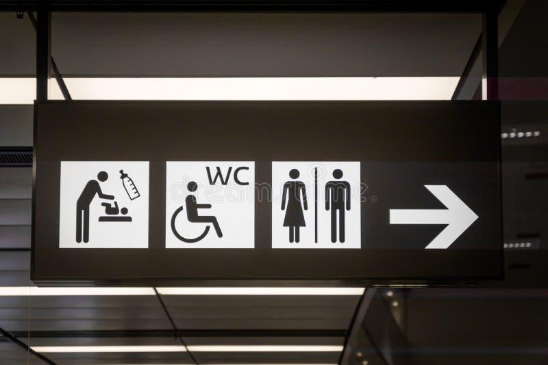Sinais e ícones do toalete dentro no aeroporto imagens de stock royalty free
