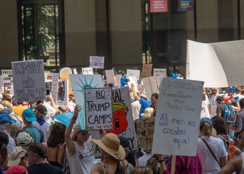 Sinais e multidão em Chicago março/protesto foto de stock royalty free
