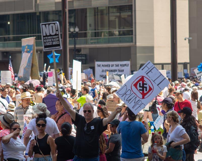 Sinais e multidão em Chicago março/protesto fotografia de stock royalty free