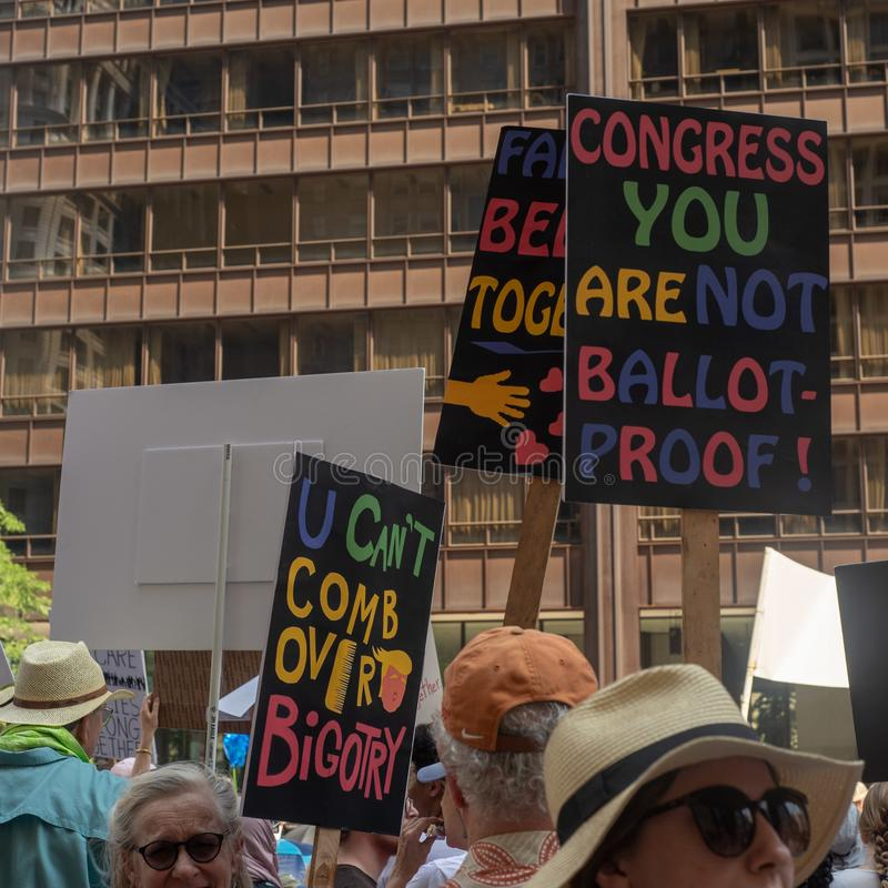 Sinais e multidão em Chicago março/protesto imagem de stock