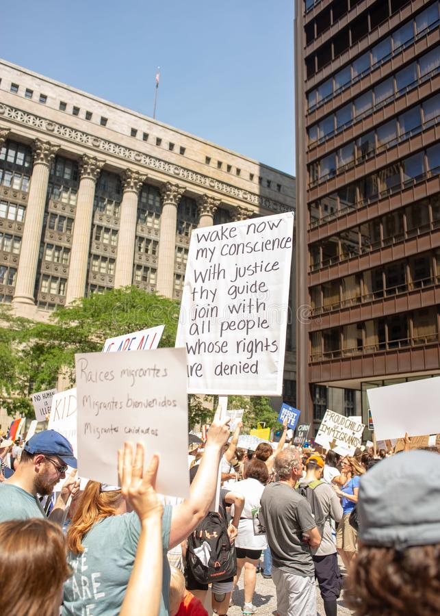 Sinais e multidão em Chicago março/protesto imagem de stock royalty free