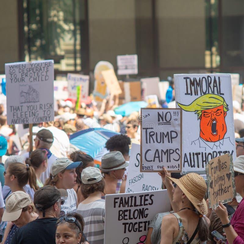 Sinais e multidão em Chicago março/protesto fotos de stock