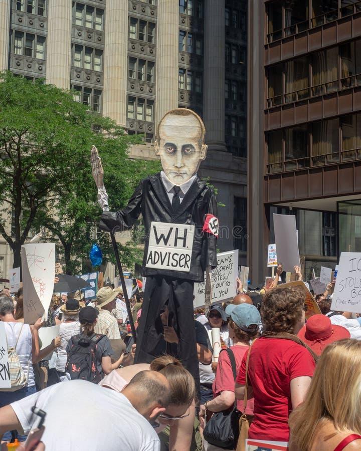 Sinais e multidão em Chicago março/protesto imagens de stock