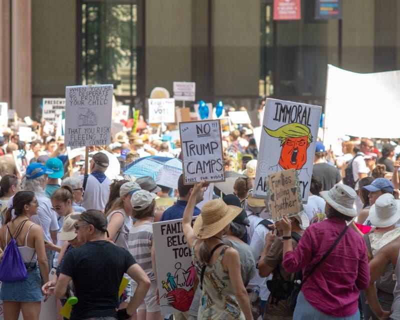 Sinais e multidão em Chicago março/protesto foto de stock