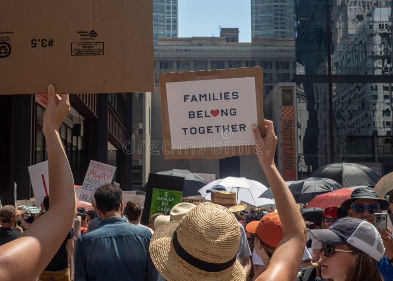 Sinais e multidão em Chicago março/protesto fotografia de stock