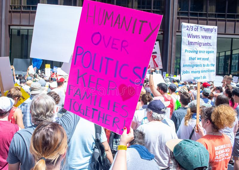 Sinais e multidão em Chicago março/protesto fotos de stock royalty free