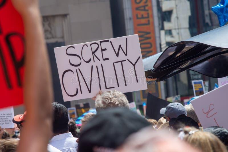 Sinais e multidão em Chicago março/protesto imagens de stock royalty free