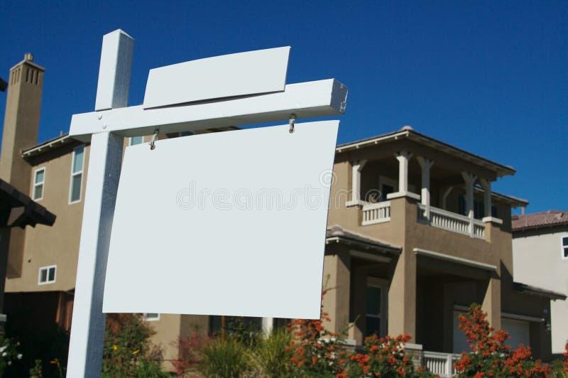 Sinais em branco dos bens imobiliários fotos de stock