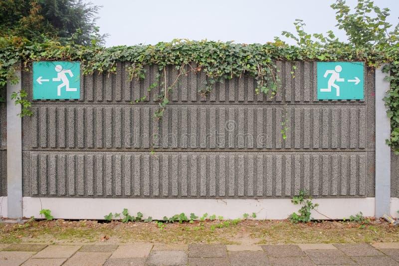 Sinais em uma plataforma do estação de caminhos-de-ferro como a metáfora para a vida fotos de stock royalty free