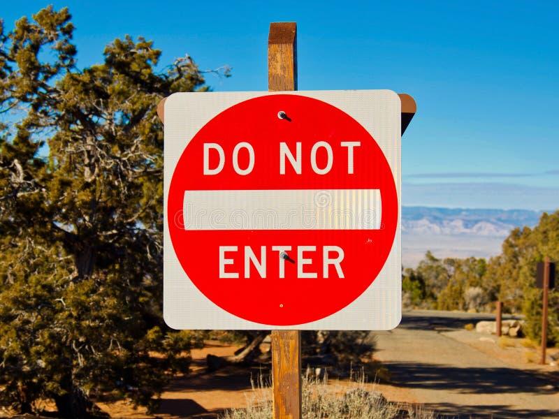 Sinais: Não entre no acampamento imagem de stock royalty free