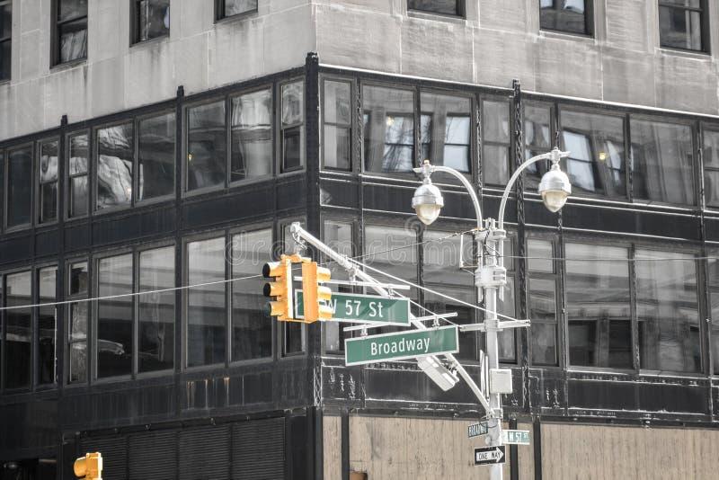 Sinais na rua W57 e no Broadway New York EUA imagem de stock royalty free