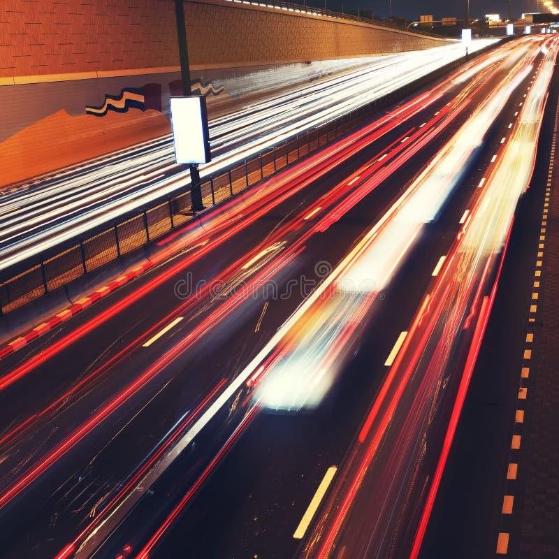 Sinais no borrão de movimento na estrada de Dubai. fotos de stock royalty free