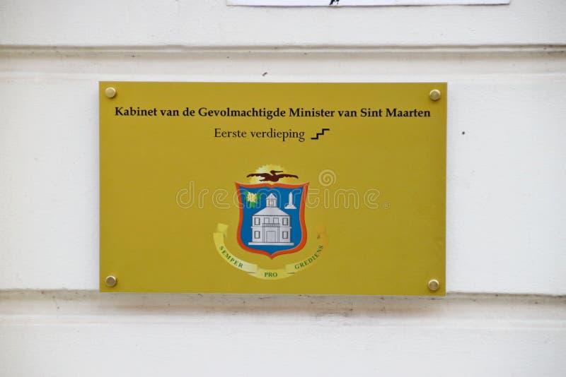 Sinais no lugar de estacionamento e na parede do armário ministro representativo autorizado de Saint Martin em Haia no Neth imagens de stock