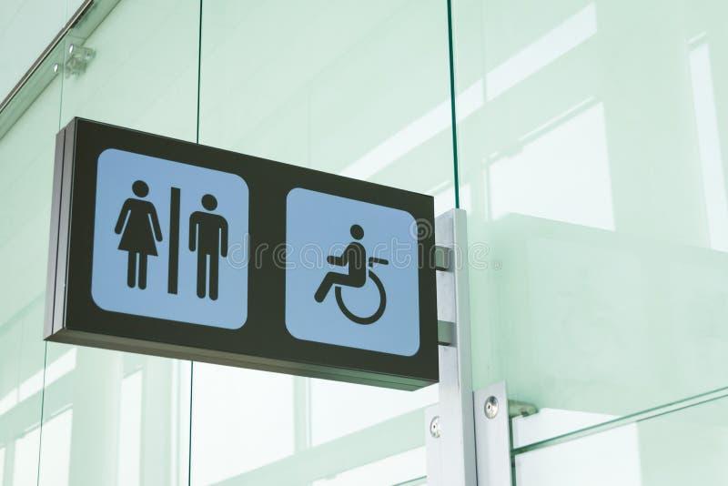 Sinais públicos do toalete com um acesso dos enfermos fotografia de stock